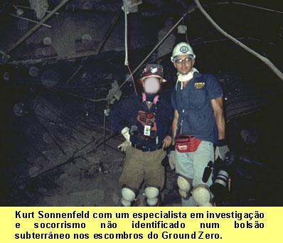 Kurt Sonnenfeld com um especialista em        investigação e socorrismo        não identificado num bolsão subterrâneo nos escombros do        Ground Zero..