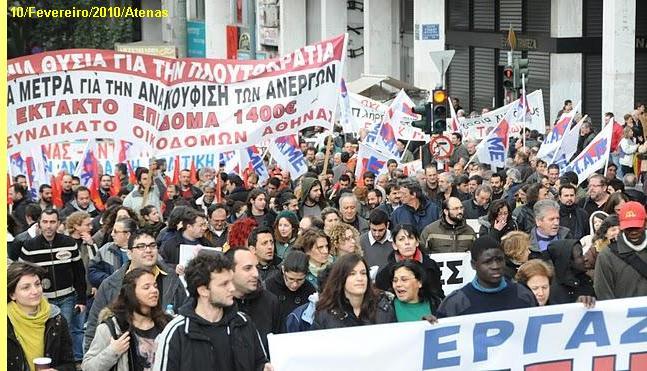 Trabalhadores manifestam-se em Atenas.