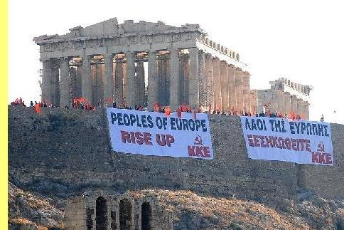 Cartaz na Acrópole: 'Povos da Europa, levantem-se'.