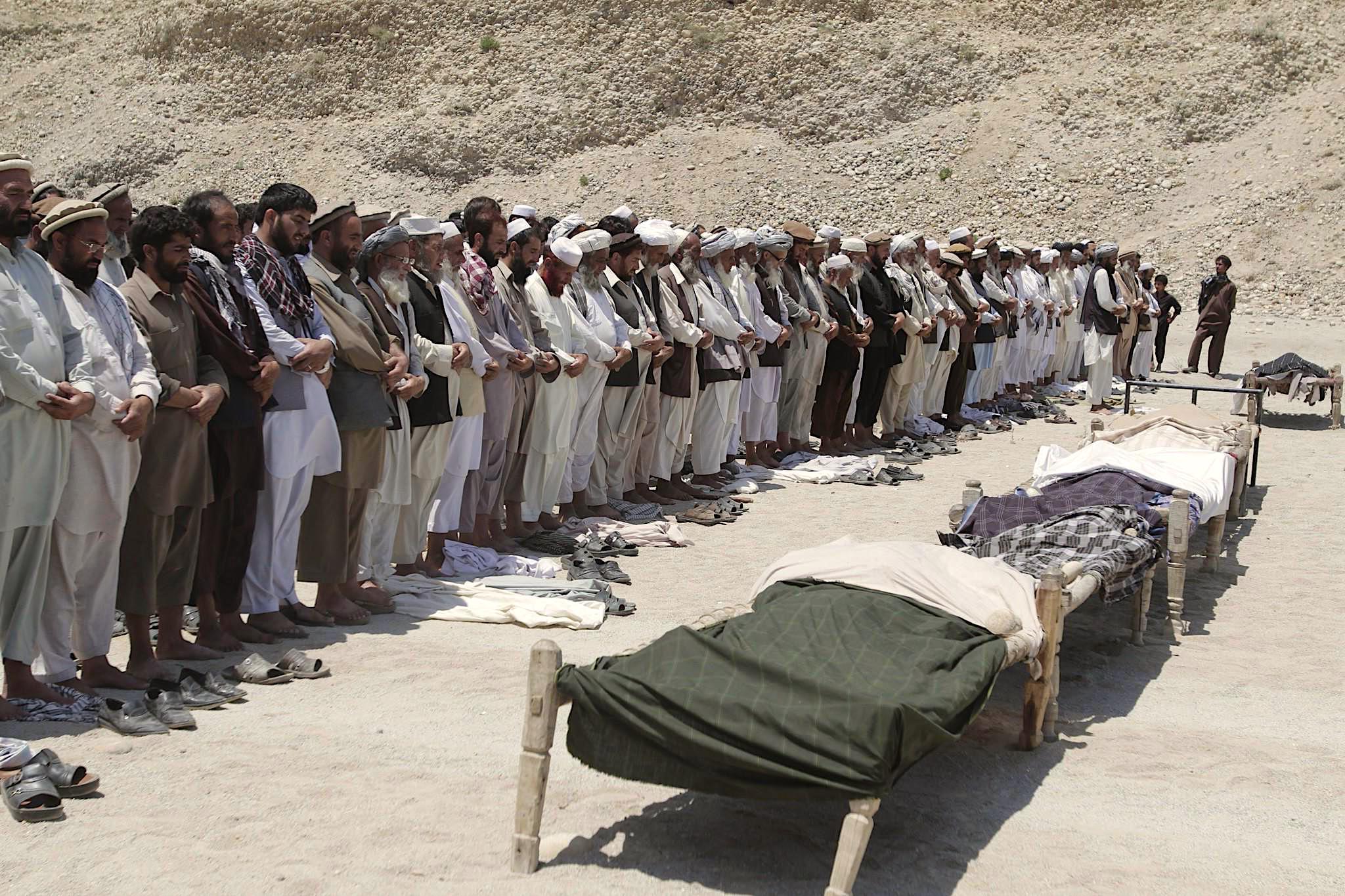 Enterro de civis afegãos mortos pelas forças de ocupação dos EUA.