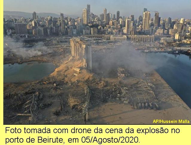 Foto da cena da explosão no porto de Beirute.