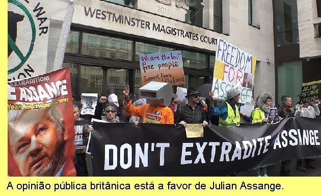 Apoiantes de Assange diante do Tribunal de Westminster.
